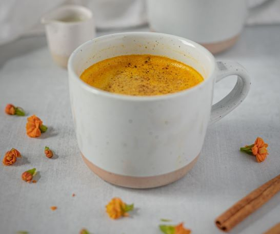 Goldene Milch mit Gerstengras